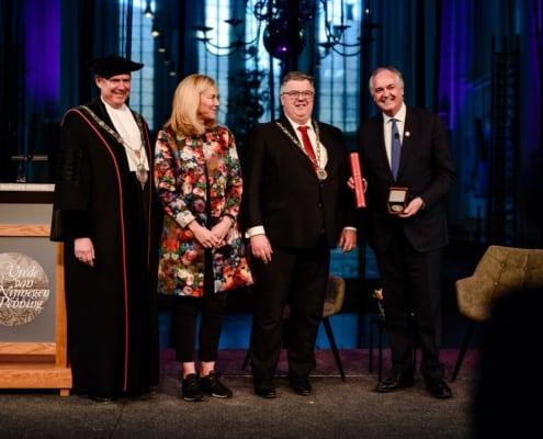 Paul Polman krijgt vrede van Nijmegen penning
