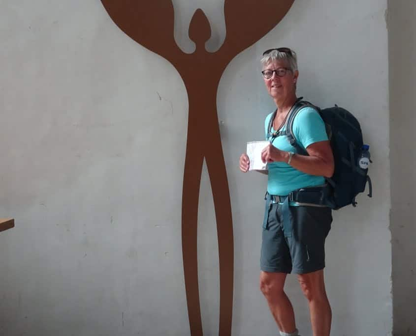 Ineke Kets bij het symbool van de Walk of Wisdom